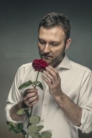 mann-mit-rose